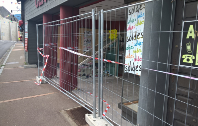 Ce lundi matin, la vitrine du magasin avait été sécurisée.