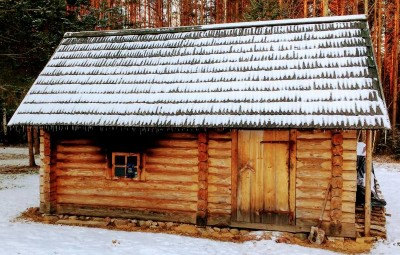 Suitsusaun, sauna à la fumée. On reconnait la fenêtre d'échappement des fumées. (Estonie, Mikitamäe. Crédit : VàR.)