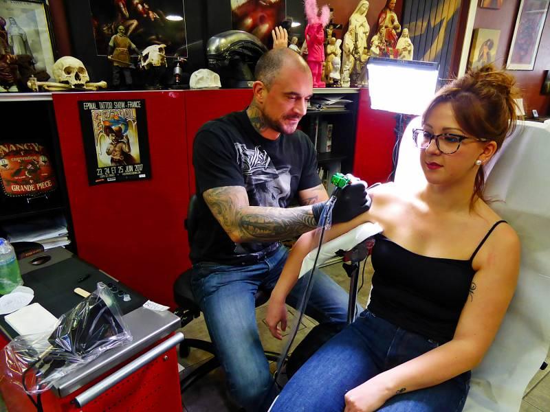 Julien Thibers, tatoueur à Epinal.