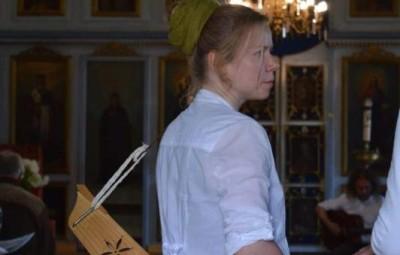 Sille Ilves, musicienne, accompagnée de son Kannel à sept cordes. Crédit : SILD.