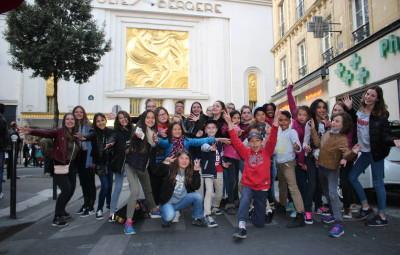 Groupe-devant-Folies-Bergère