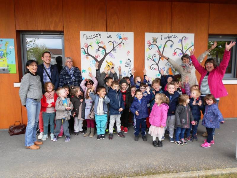 Mickaël Perrin, Sophie Cremeno, les animatrices et les enfants ayant réalisés les peintures.