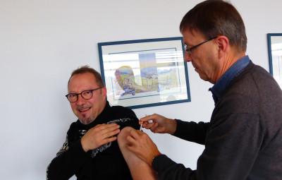 Le président du Conseil de l'ordre des médecins, le Dr Francis Durupt, a vacciné le médecin conseil le Dr Verginio Del Fabro
