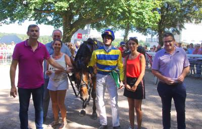 Le maire Franck Perry (à gauche) s'est déplacé en personne pour récompenser le driver victorieux pour le Grand prix de la ville de Vittel.
