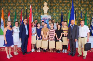 Huit étudiants chinois en apprentissage dans des hôtels-restaurants du secteur ont été reçus en mairie.