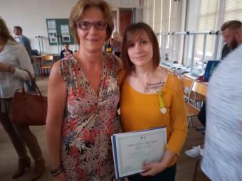 Emmanuelle Ines (à droite) au côté de son professeur, est sortie major de sa promo d'aide-soignant avec une moyenne de 17,70 sur l'année.