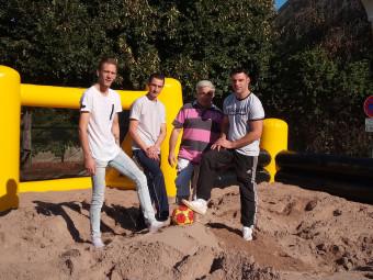 Gennaro Della-Toré (à droite) organise un tournoi de beach soccer