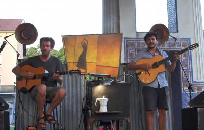 Mike Davis (à gaucke) et Sami Chaibi deux virtuoses de la guitare forment Turbo Niglo
