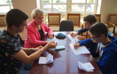 Quelques jeunes futurs conseillers ont daigné participer au dépouillement au côté d'élus ou de parents.