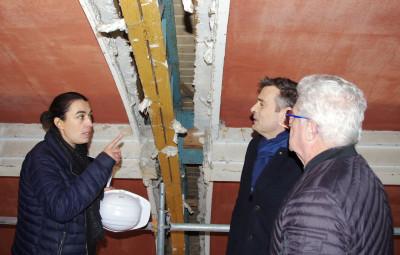 La chef de projet du chantier, l'architecte Noémie Gaineau au côté du maire Franck Perry et de Jackie Frémont de la fondation du patrimoine.