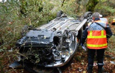 La conductrice est sortie indemne  de cet accident spectaculaire.