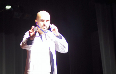 """Julien Strelzyk avec son oneman show """"Santé"""" a livré un spectacle originale et surtout très drôle."""