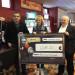 Le directeur du casino vittellois, Marc Mermaz (à droite) a remis un beau chèque pour le CCAS de Vittel.