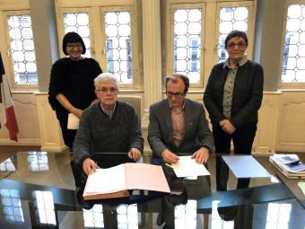 C'est en présence de la conseillère régionale Anne-Marie Adam (à droite) et de l'élue du Département, Dominique Humbert, que Jackie Frémont (à gauche) a signé une convention avec le maire, Simon Leclerc.