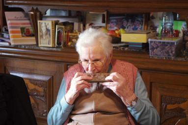 Yvonne Lefort joue encore de l'armonica