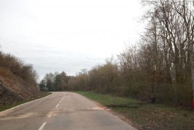 La route porte encore les traces de l'accident.