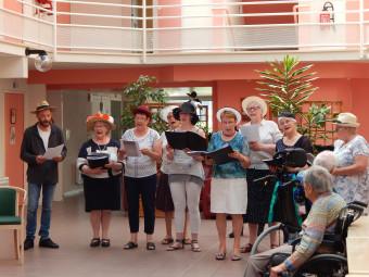 La chorale Musica Note de Liffol a honoré en chanson, Bernadette Lescoffier.