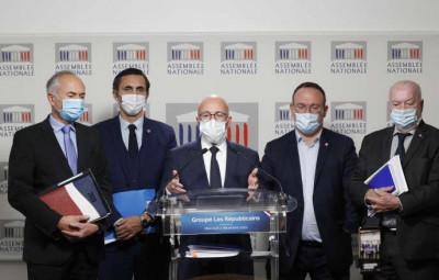 Le député Jean-Jacques Gaultier (à gauche), lors de la conférence de presse. (Photo Le Monde).